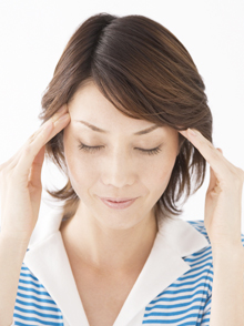 病院の長い廊下の長椅子に力なくうな垂れるように座られているものすごい数の人達。頭はいつもフラフラでめまいはする、頭痛もひどい、不安だらけ、歩行もままならない、その上耳鳴りまで・・・。 このままでは不眠症、うつ病へとまっしぐらですね。 長期間薬を服用しても目立った改善がみられないのがこの疾患です。当院において不妊治療同様に非常にやりがいのある疾患の一つです。 良くなっていく過程でその都度、驚きと喜びと感謝の表情が当院に勇気とやる気を引き起こしてくれるからです。経験上個人差はありますが、概ね治療回数5回目を迎える頃はっきりと症状の良化が感じられるようです。その頃には耳鳴りが出ることはかなり稀になっています。治療回数10回目を迎える頃にはご自宅の近所くらいは歩いて回れる自信がついてくるようです。この頃にはあの力なく、うなだれた、無表情だったお顔がハツラツとしたそれになっています。 治療回数15回目頃に卒業して頂くかどうかご家族とよく話し合いをいたします。 お若い方はそのまま元気に過ごされますが、お年寄りの方や他のご心配をお持ちの方には月1通院をお勧めしています。メニエール症候群といえども改善に難しいことは一切ありません。断言します。