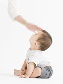 上記の数字は平均8ヶ月の鍼灸不妊治療を平均週1回受け続けた方を対象にしています。治療開始後4ヶ月で驚きの懐妊をされた方もいれば、6ヶ月後、8ヵ月後、1年後に懐妊された方、1年半頑張って喜びの懐妊をされた方と様々です。厚生労働省の発表では、人工授精等の不妊治療の成功率は18~30%程度とされていますが、当院においてはこれら人工授精等で何度試みても失敗されている方を対象にしています。成功がおぼつかない方を対象に平均8ヶ月で35%を超える結果は驚異的注目に値するものだと思っています。1年以上にわたる努力にもかかわらず残念ながら子宝にめぐまれなかった方達もおられるわけですが、身体の調子は治療前と比較すると見違える程良くなられており、感謝してくださる方が多いです。 体調が万全であれば治療を離れた後でもどんな奇跡が待っているやも知れません。 現に治療終了後に自然妊娠されたという報告も多々あります。 この治療期間終了後の妊娠報告を入れますと50%をはるかに超える成功率になります。 鍼灸治療は貯金が効くんですね。健康の貯金です。 赤ちゃんとママの手 ※不妊治療の患者さんについては1年でお世話できる人数には限りがあります。 規定時間以上に時間を掛ける必要があったりで、不妊治療の患者さんばかりが多くなると他の疾患の患者さん達の予約を取って上げられなくなるからです。 ただ来年度以降は不妊治療の希望者の方の募集枠を若干広げ、年間成功者30名以上、成功率60%超を目標にしたいと考えております。十分達成可能な数字です。