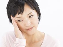 40代後半~50代後半にかけて特に女性に多く見られるようです。 頭痛、めまい、耳鳴り、のぼせ、月経異常・・・数え上げたらキリがなく、人それぞれで多種多様な症状に悩まされています。 女性ホルモンの分泌低下がこれらを引き起こしているわけです。 鍼灸治療におきましては、これら諸症状を緩和すべく必要と考えられる全体治療を行っていきます。中には一度止まった月経が復活してしまって喜んでいいのか、悲しんでいいのか複雑な気持ちになられた方がいますが、とにかく日常生活が楽になることは確実です。 ゆっくりペースで定期通院してください。 最近では若年性更年期障害という方もちらほら出始めたようです。こちらは社会生活でのストレスが引き金になっていると思えます。この場合は自律神経の異常を伴っていますのでそこからアプローチしていきます。比較的簡単に改善できます。